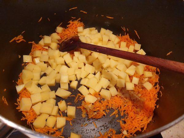 Dinstuim morcovii și cartofii împreună cu ceapa