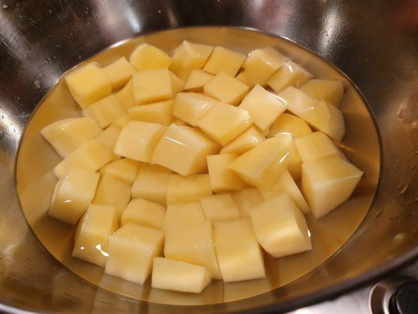 Cartofi tăiați cuburi