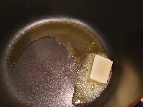 Ulei de măsline și unt topit, pregătit pentru prăjire