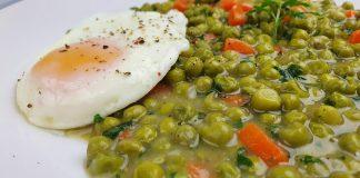 Mâncare de mazăre cu ouă ochiuri